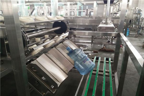 桶装水包装生产线用于生产5加仑18.9L大桶水,根据不同水源,产品可定型为桶装纯净水、山泉水、矿泉水、矿物质水等等。桶装水生产设备一般包括水处理系统,回收桶处理系统、灌装系统、包装系统等部分。 桶装水包装生产线中,制水系统前处理一般包括石英砂过滤器、活性炭过滤器、钠离子交换器、精密过滤器。源水预处理后,经RO反渗透成为饮用纯净水,源水需要保留矿物质元素的,可通过中空纤维过滤器成为山泉水等,主要还是以源水水质为依据,选型相应水处理设备。最终经臭氧杀菌后,保存在水罐中,通过管道引入全自动桶装水生产线中的灌装机